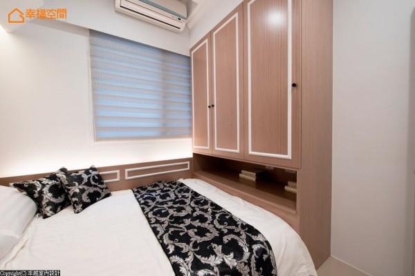 衣柜的柜面与卧眠区的腰带处,运用带点对比的白色线板框,让新古典增添现代元素。