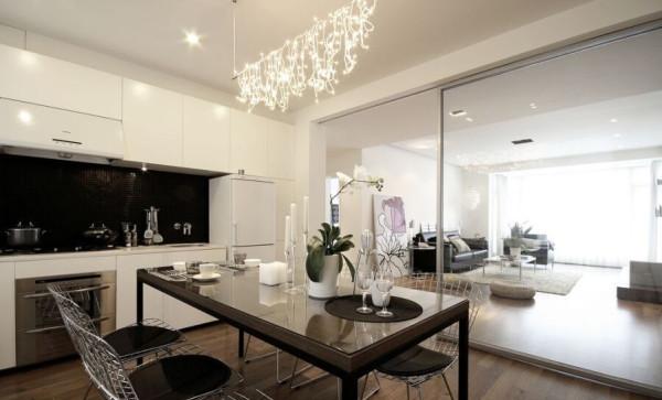 厨房和客厅之间采用了玻璃推拉门的设计,照顾到厨房的采光。