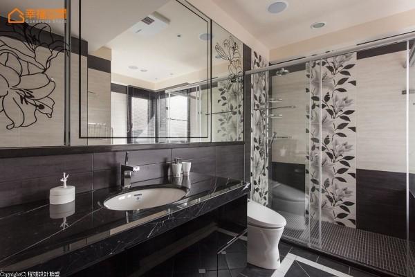 设计师延续百合花语汇在镜面上,并铺设止滑地砖保护安全。