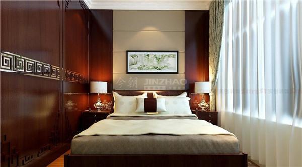 这里的设计简洁直白,深色的木质家具,和床品上的中式花纹的点缀,让这个卧室中式风格化明确。