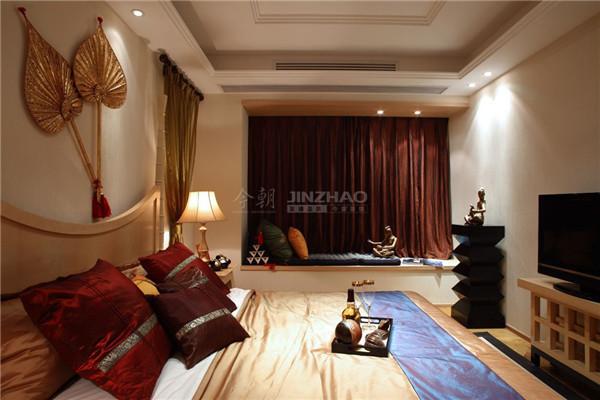 这角度看得到卧室的延伸感,这个空间的细节累计起来让人觉得这个卧室更像一件整体的艺术品,精美绝伦。