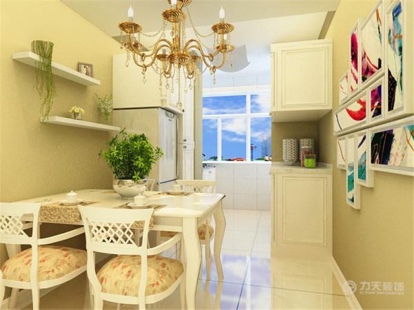 该户型客厅运用了传统古典元素搭配点缀,营造一种简约中式装修风格。秉承淡雅、自然、朴实、超脱等特点,让空间更为充足,高雅的简约装修,透着自然元素的味道,另外,家具陈设高矮有序,让生活更加温馨。