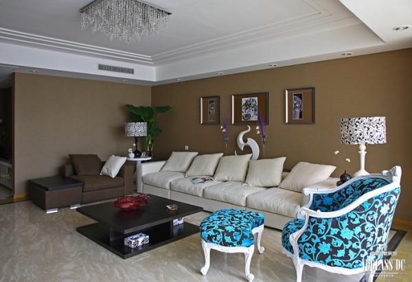 客厅内家具、配饰的选择同样精彩。深色的茶几与墙面交相呼应,白色与棕色的沙发表现墙面与吊顶的融合,亮点便是蓝色的沙发,整体色调跳跃流畅,犹如平静湖水中投掷一枚石子的效果,一石激起千层浪!