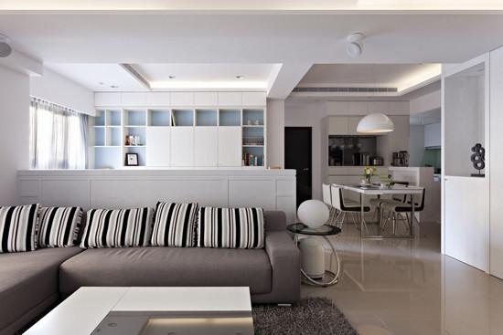 5、灰色的沙发上摆放黑、灰、白相间条纹图案的靠垫,增加空间的跳跃感受;沙发的背景墙正好是书房的整体收 纳柜和书桌;白色和黑色的方形茶几和白色的家具很搭配,沙发边的小边桌精致时尚,摆放一个白色的球形台灯