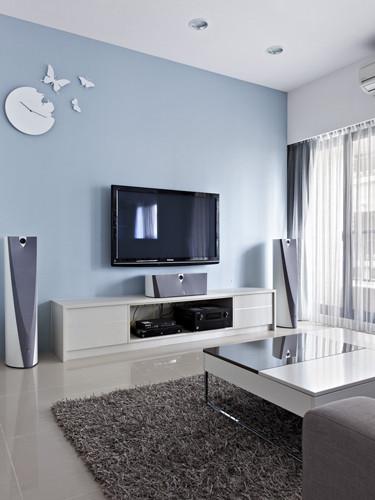 4、客厅空间醒目的电视背景墙以浅蓝色装饰,和灰色的沙发,飘逸的灰色窗帘非常的搭配,墙面上造型简洁时尚 的白色钟表好像一只破茧而出的蝴蝶, 装饰很强。