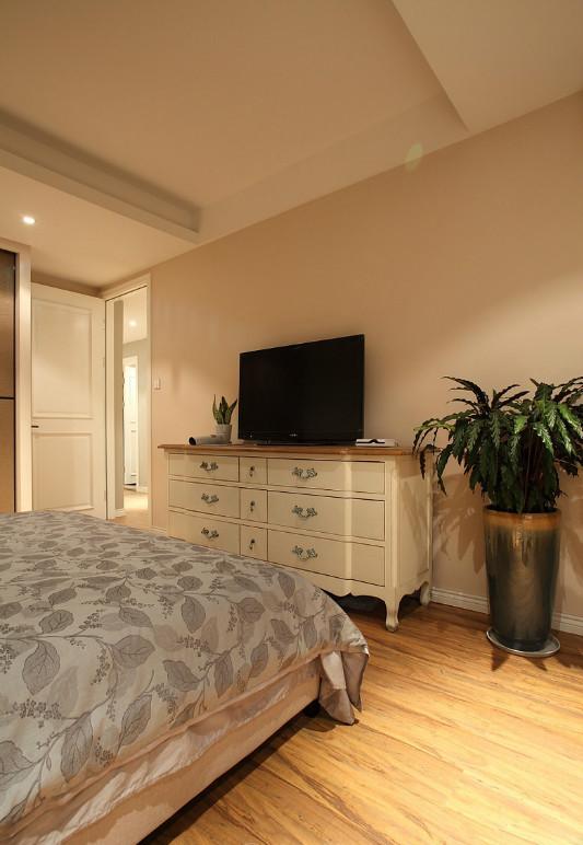 在卧室的设计上,设计师追求的是功能与形式的完美统一、优雅独特、简洁明快。色彩鲜明的多功能抽屉柜和创意衣架,时尚而不浮躁,庄重典雅而不乏轻松浪漫的感觉。