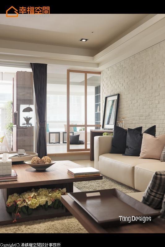 客厅的采光面有一半为和室空间,透过木质框定的透明隔间,达到光线运用的极大值。