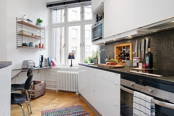 灰色马赛克墙砖与黑色厨具色调相符,彰显现代化气息