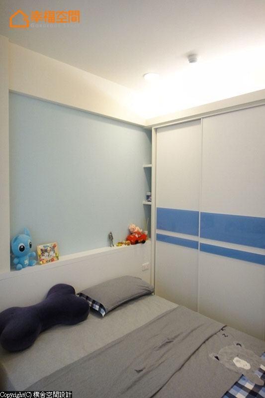 以白色为基础的男孩房,透过可替换的蓝彩烤漆玻璃为衣柜添色,伴随着成长各阶段有了随兴变化的乐趣。