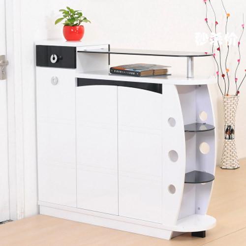 钢琴烤漆,易于包养,格调高雅。双面六门设计,提高收纳空间,黑白百搭颜色,极易搭配。