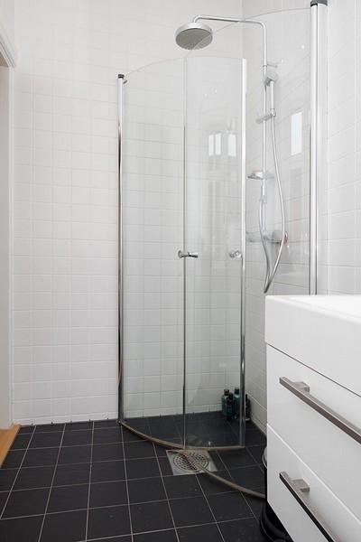 淋浴区被玻璃门分隔开来