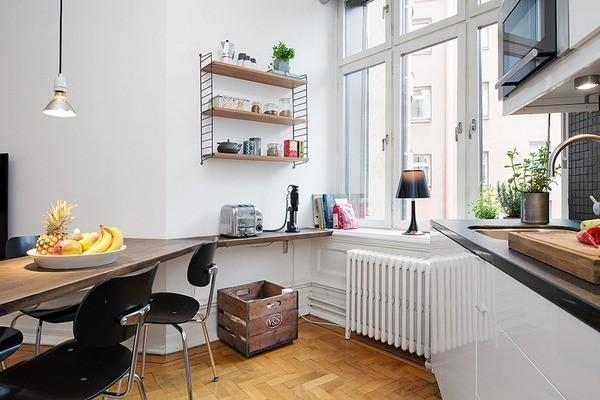厨房尽头是三扇大窗户,向客厅稍微倾斜,也使得客厅与厨房能共享室外阳光