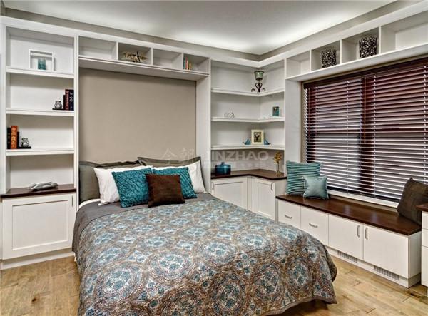 这间卧室相对简洁,白色的家具,以及床面的暗色碎花的处理让房间温馨浪漫。
