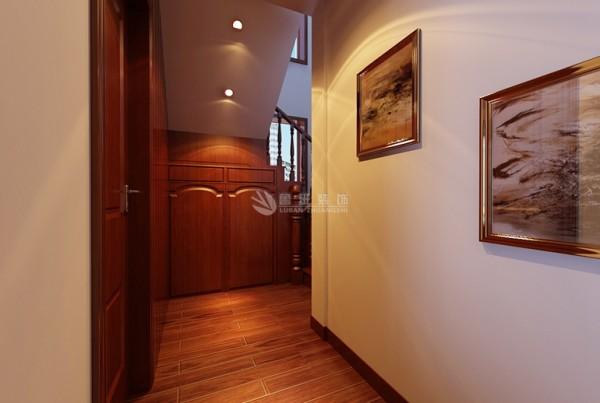 中国传统居室非常讲究空间的层次,如用隔扇、屏风来分割空间。中国传统上使用木材或漆画,隔墙板的木材做强框架与固定支架,中间一个格,刻在古老的模式