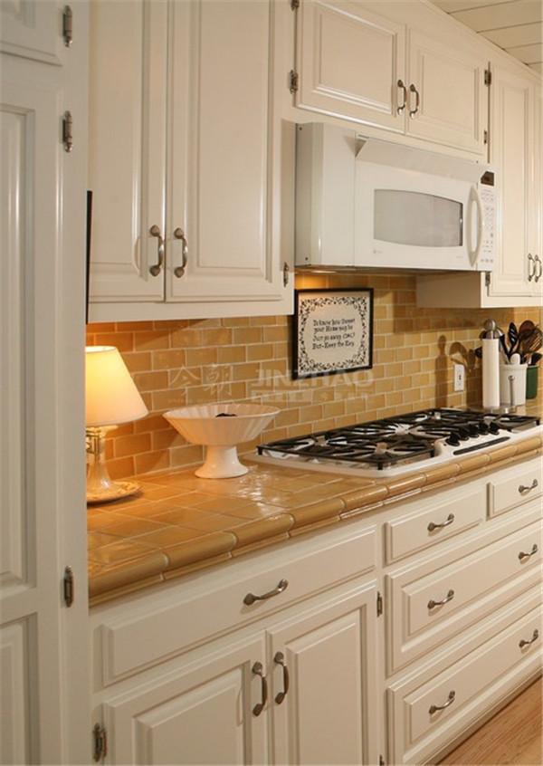 橱柜采用了白色,桌面用了瓷面处理,这样的处理方便清洁,而整体设计美感十足,很漂亮又实用的厨房。