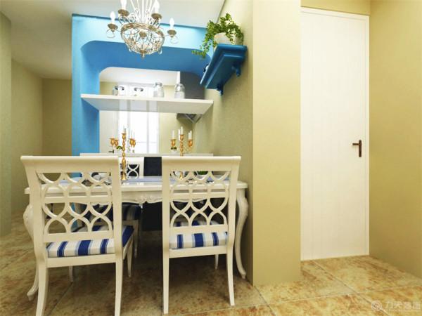 餐厅的设计,餐厅主体刷了奶黄色的乳胶漆,在餐厅和灶台之间的蓝色拱门较为抢眼。添加的绿色的植物起到了点缀的作用
