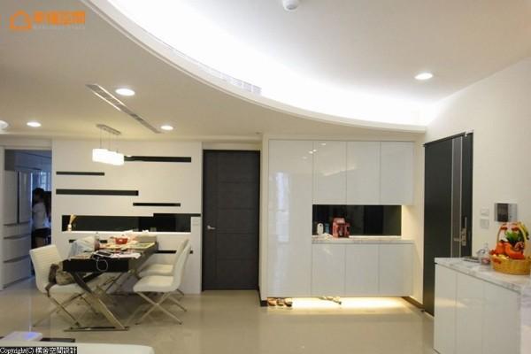餐厅主题墙面呼应着卫浴暗门设计,白色基底里透过内凹式的黑色嵌镜为笔,刻划着时尚风采。