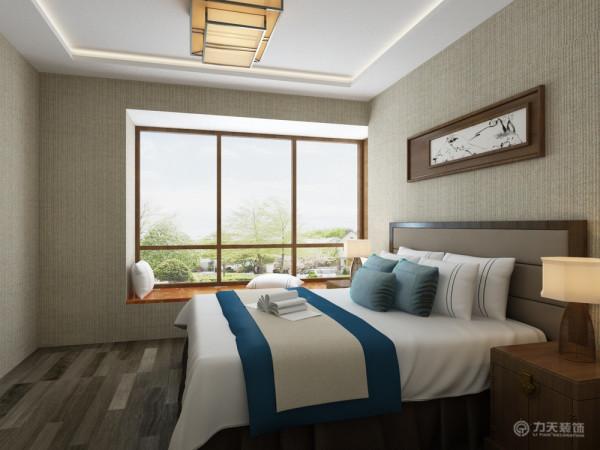 整体色调较为沉着稳重,家具以深色实木家具为主,配以色彩纯度较高布纹,增添活跃元素。卧室是软包配上浅土黄色壁纸,烘托成熟氛围。