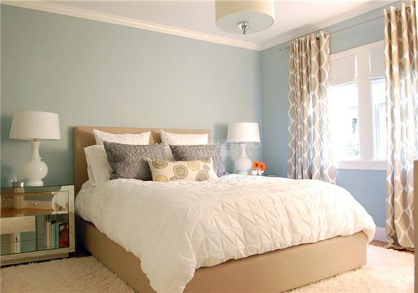 卧室设计十分柔软,不管是窗帘的设计还是地毯以及床品的选择,都让卧室十分温馨,在这样的空间中休息,心情也会变得温柔吧。