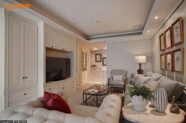 设计师潘仕敏倾听需求后将居宅重新布局,主动线以客厅电视墙两侧入口为界,分别导引出餐厨区块以及私密的休憩空间。