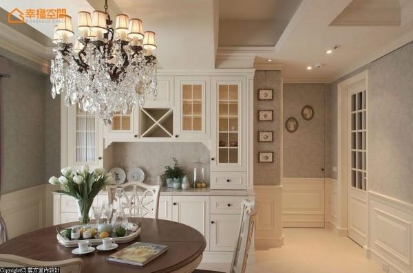 刻意处理成活动家具形式的餐柜,两侧留白点缀出活泼、不呆板的空间气息。