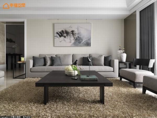 沙发背墙侧向运用线板框为窗帘盒设计,对称性贴以茶镜面为延伸,加大公领域的视觉尺度。