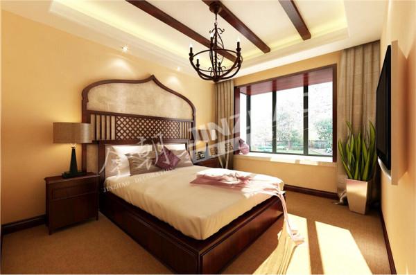 主卧室选用了深木色,金色丝制布料结合光线的变化,创造出内敛谦卑的感觉。