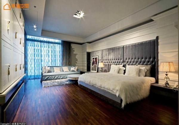 彷佛遇见欧洲古典的浪漫,整体空间设计呈现气韵与柔性美,以绷布床头与珍珠亮白的色调,形塑独一无二的优雅居宅。