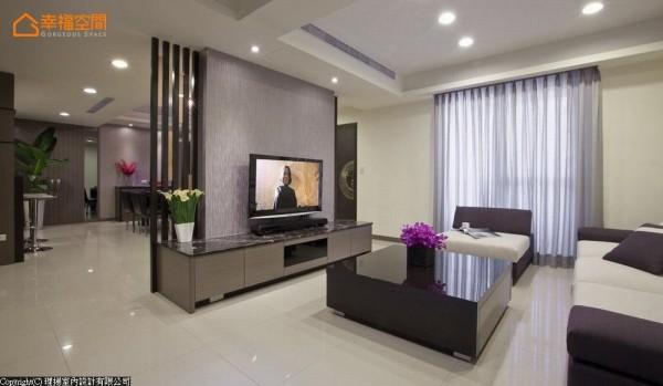 拥有顶加条件的居宅空间,设计师吴函霖首将传统过于冗长的阳台,分割出外玄关实用段落,明亮呈现公领域质感。