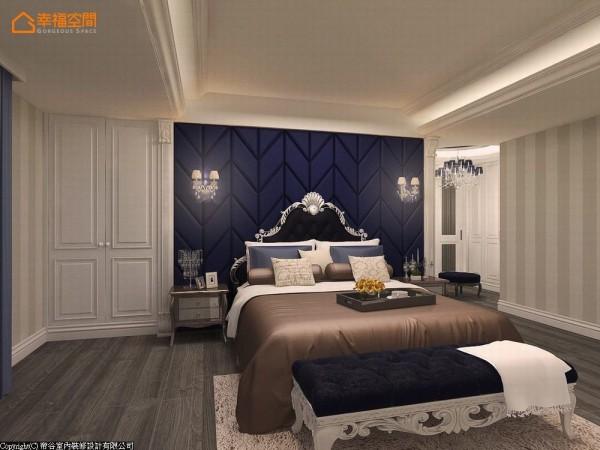 优雅的蓝色铺陈卧房的高贵内敛气息,壁灯、罗马柱、华丽样式的床头板、口字框的收纳门扇,平衡法式浪满与奢华两种氛围。 (此为3D合成示意图)