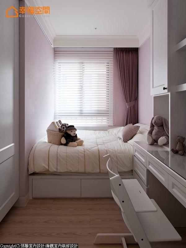 三间小孩房各有不同色彩。淡紫色的女孩房,与日光交融出一股柔美浪漫。