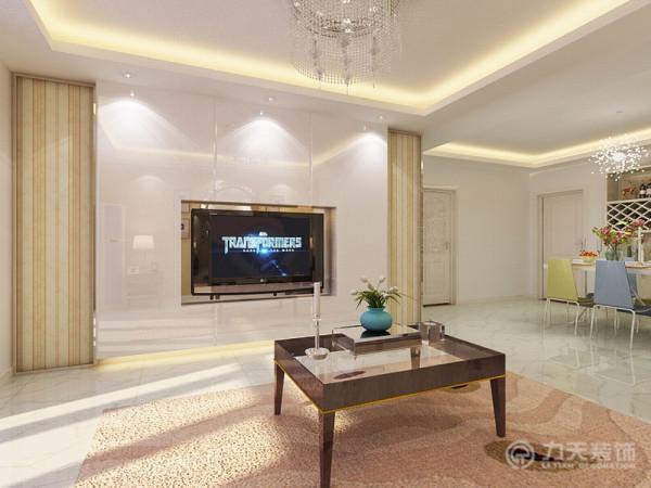 背景墙为深茶色,用浅色的布艺沙发拉开对比,选用一组强烈对比的深色抱枕,活跃空间的色彩氛围,避免出现色调过于平淡的情况。深色的地毯降低了视觉重心,不致于头重脚轻