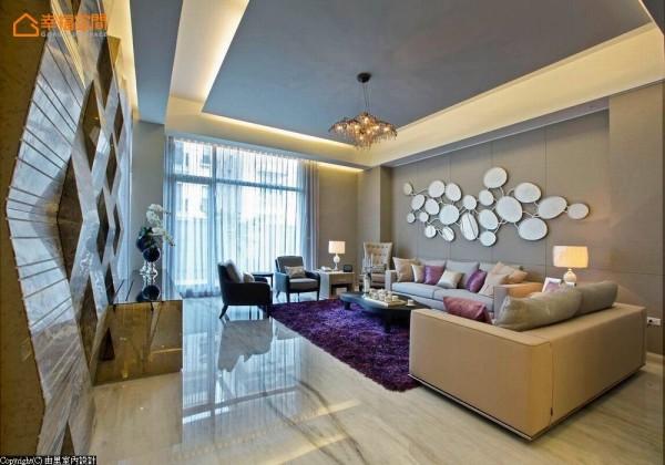 围塑轻奢华的气韵,沙发背墙以圆形镜片的装置艺术构组,电视墙一侧则以立体线条的设计让空间充满律动感。