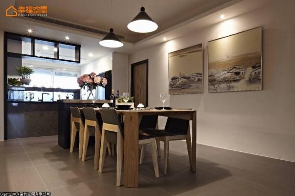 宽敞而深的用餐段落略显空荡,呼应客厅的石材元素,增设宙斯大理石台面的餐边柜,倚靠一桌六椅的用餐机能,摆上一盆花形成餐厅段落之纵向端景。