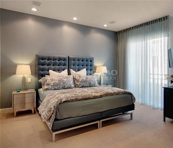 依旧采用了简单高贵的灰色调,不管是地面处理还是墙面的处理都十分细致,纯色但不单调,被套的花纹十分特别,点缀了整个空间。