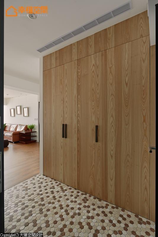 地坪以棕、米、白三色六角砖点缀简约收纳柜体的视觉趣味。