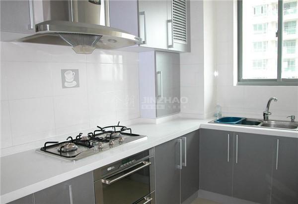 银色的橱柜处理十分现代化,空间利用很全面,十分实用。