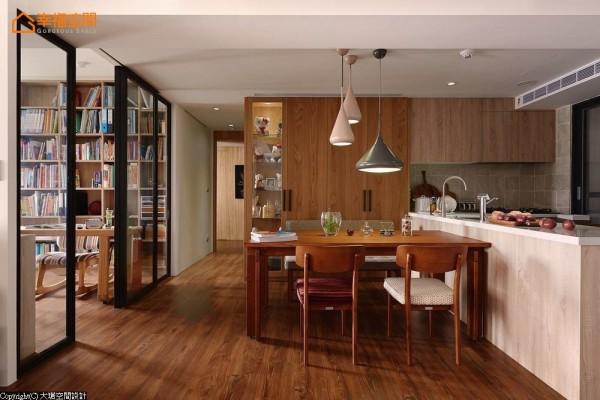 引介书房采光,开放式的餐厨区以中岛备餐台衔接、串连。