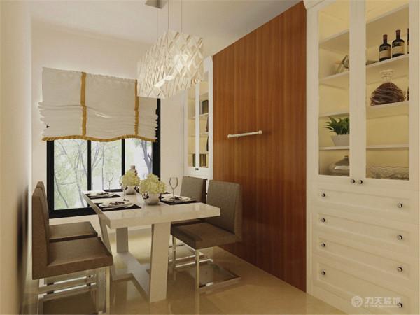 餐厅用木制清油推拉门与客厅分开,餐厅采光较好,放有书柜和酒柜。中间是一个暗藏床,餐桌,餐椅采用烤漆和不锈钢的材质。