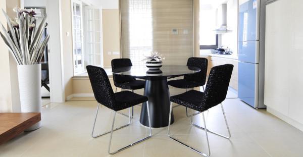 厨房使用的是玻璃移门,不占空间,也不影响美观。