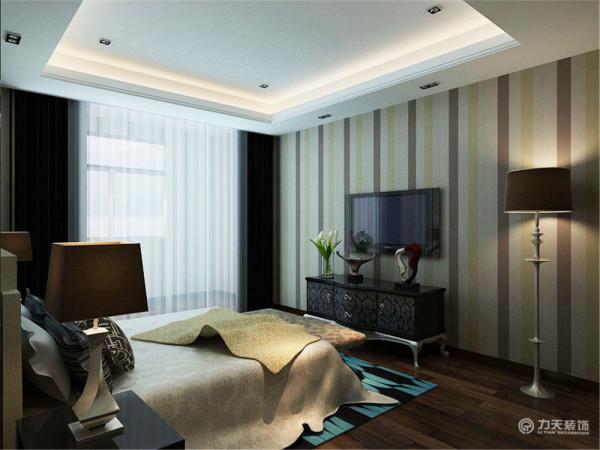 卧室,采用了很多软装在视觉上让人觉得很温馨,舒服。灯光采用柔和的光线,阳台掉了一层纱帘,这样的氛围使人在其中感到放松、找到家的感觉。