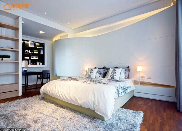 主卧床头墙面以波浪的意象,环绕着「旅行、海洋」的设计主题,更能巧妙地包覆原建物的梁柱。