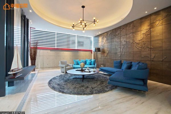 客厅主墙上,设计一面世界地图的立体图腾,聚焦所有宾客的目光;上方切割的线条还原真实的经纬线,让人彷佛身临精彩的旅途航道。