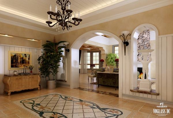 门厅与客厅之间的拱形门是托斯卡纳风格常见的别墅设计细节,拱形设计给人视觉上高度提高,墙面半高护墙板造型和顶面完美结合,整个空间更统一协调,也使整个空间增添了活泼的氛围,绿色植物让空间更富有生命力。