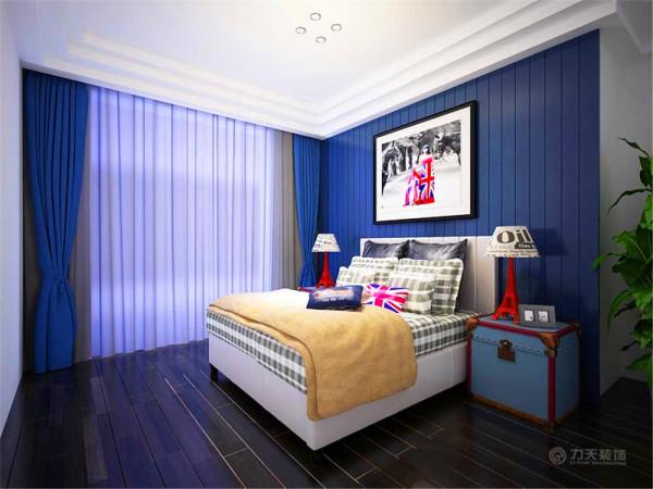 床头背景是蓝色的实木饰面板设计搭配了一个白色为主的装饰画,其他墙面都是白色的乳胶漆,显得整体空间干净简洁。