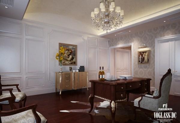 摒弃了常用的壁炉、水晶宫灯和蜡烛台式吊灯,只保留浅色典雅的壁纸,简洁的地毯和实木地板,搭配实木色家具,简单而不缺乏优雅。同时将房间的门包裹白色混油为主的门套垭口,高雅而和谐。