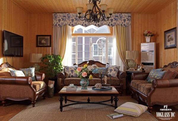 客厅窗帘的蓝色花篮碎花,深蓝浅蓝的靠包,装饰画卡纸的深蓝,还有花瓶的蓝绿,让蓝漂浮在空气中,加上粗麻质地的地毯,鲜艳的花艺,精致的别墅配饰艺术品,活跃了客厅的氛围,轻松而随意。