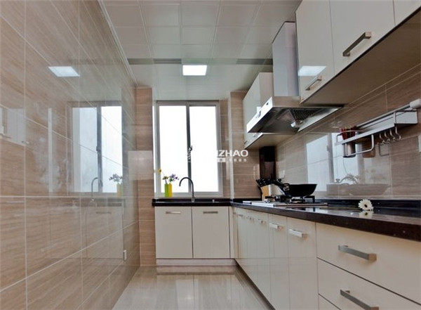 纯白色的橱柜让生活看起来很工整,没有多余的生活掺杂这样的感觉很美妙。