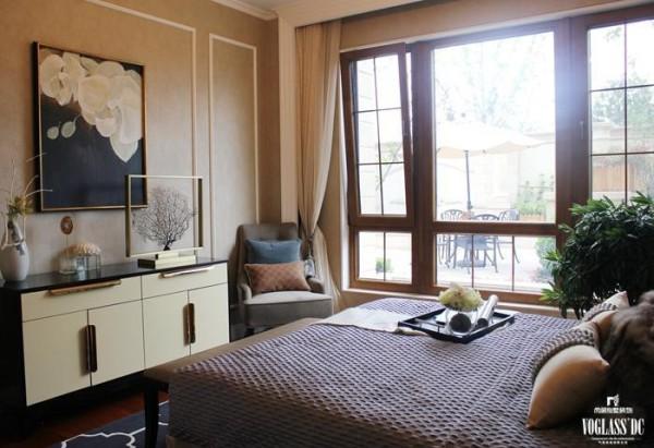 设计师甚至摒弃了石膏线,白色磨平的吊顶就成了头上的一切,简单有质感的窗帘,舒适的单人沙发,品味阳光的落地窗还有窗外大大的遮阳伞与小小的藤椅,客人来到这里,会误以为这是自己的家。