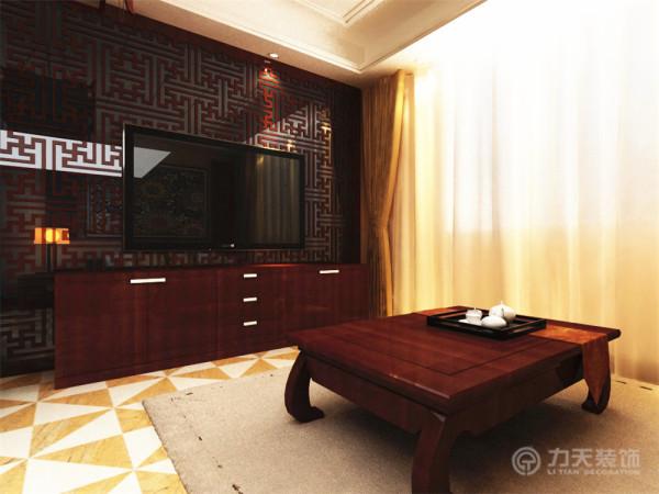客厅部分沙发背景墙采用了镂空的雕花做陪衬,与中间的挂画样式相呼应。电视背景墙同样采用了极具中式风格的镂空板,雕花以方正为主。镂空雕花板后面放置了烤漆玻璃,为了使整体空间显得更加明亮。